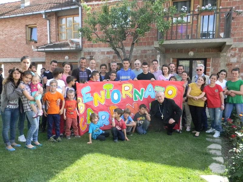 il-cardinale-bassetti-con-i-ragazzi-e-volontari-caritas-in-kosovo_1